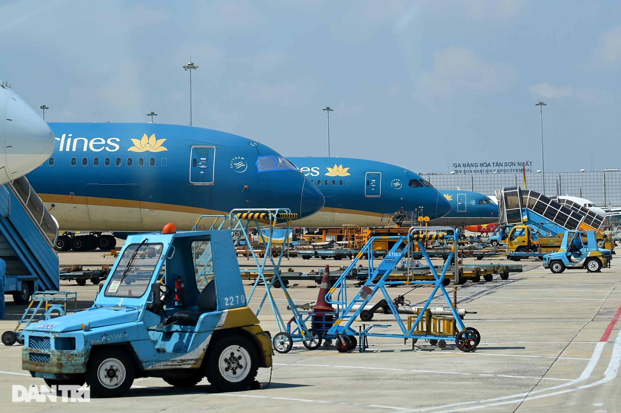 Ám ảnh hàng trăm tàu bay đắp chiếu nằm la liệt tại Nội Bài, Tân Sơn Nhất - 16