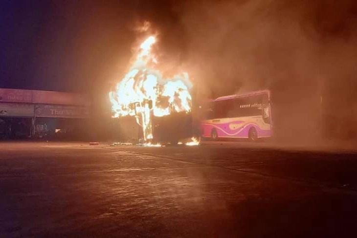 4 chiếc xe khách giường nằm bị cháy nghi ngút ngay trong bến - 1