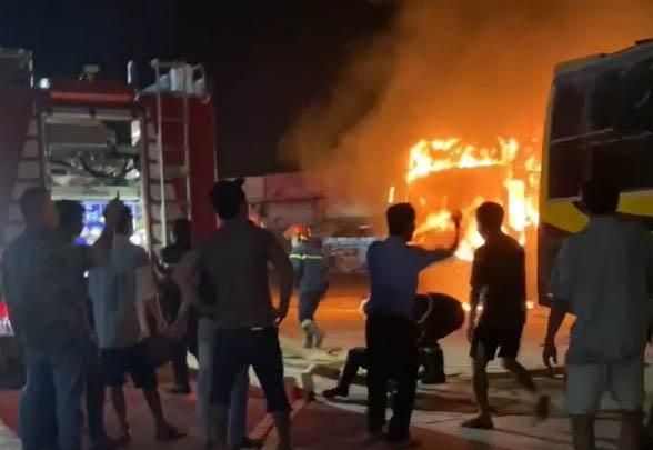 4 chiếc xe khách giường nằm bị cháy nghi ngút ngay trong bến - 2