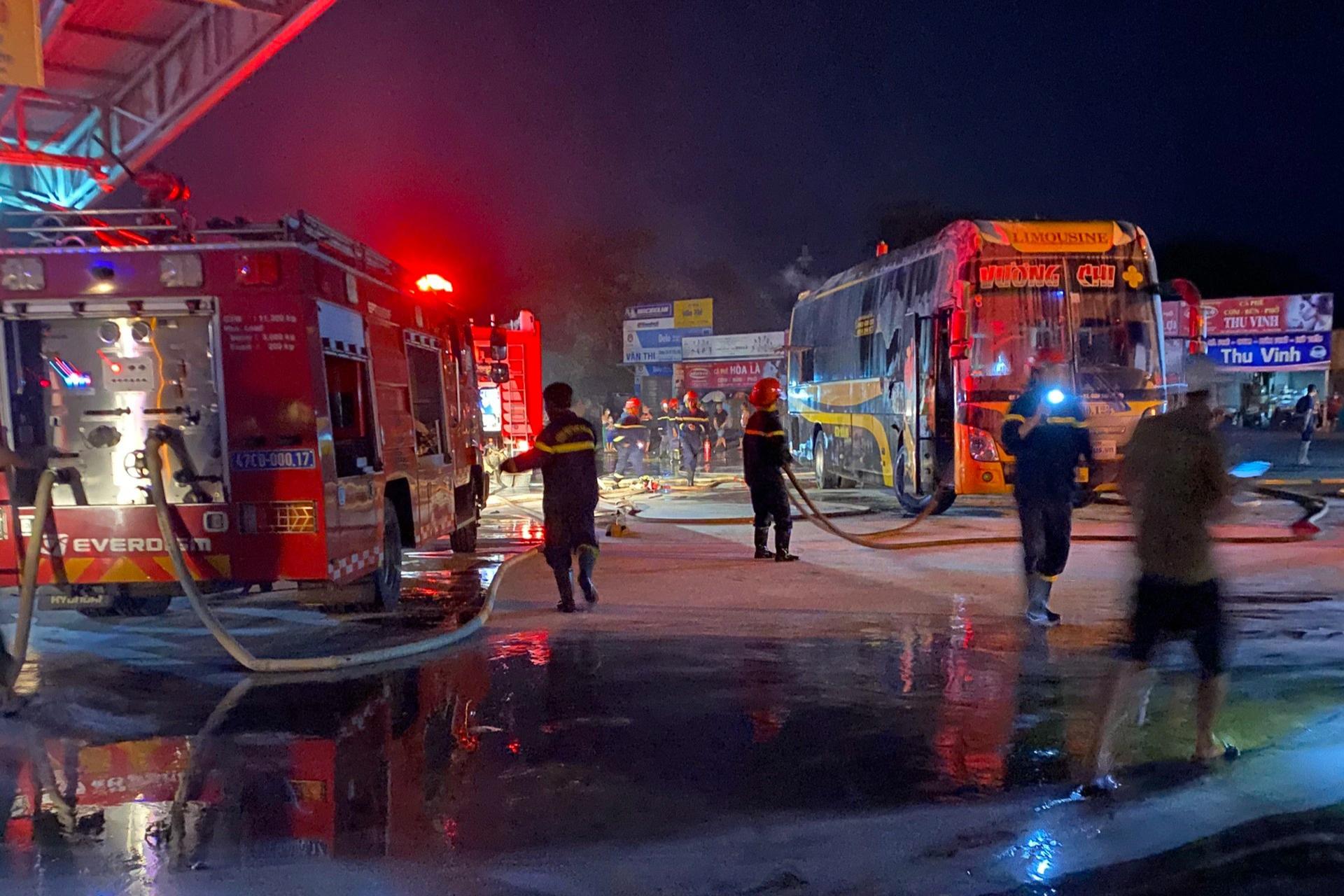 4 chiếc xe khách giường nằm bị cháy nghi ngút ngay trong bến - 3