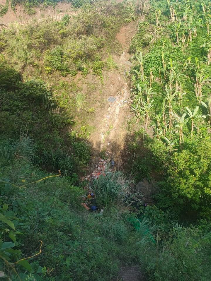 Xe tải lao xuống vực sâu hàng chục mét, 2 người chết, một người bị thương - 3