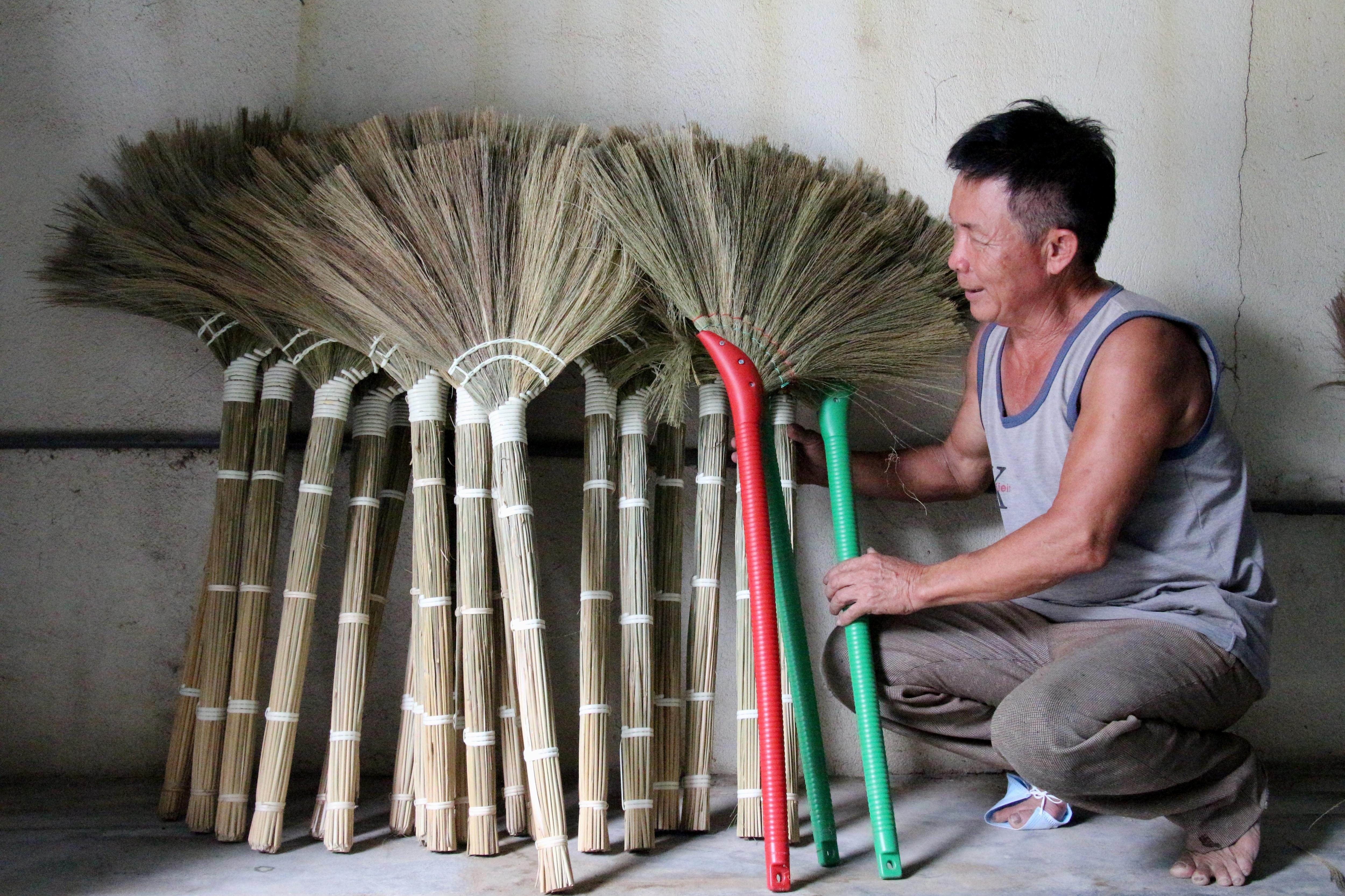 Về Hà Ân xem nghề làm chổi đót có tuổi đời hàng trăm năm - 4