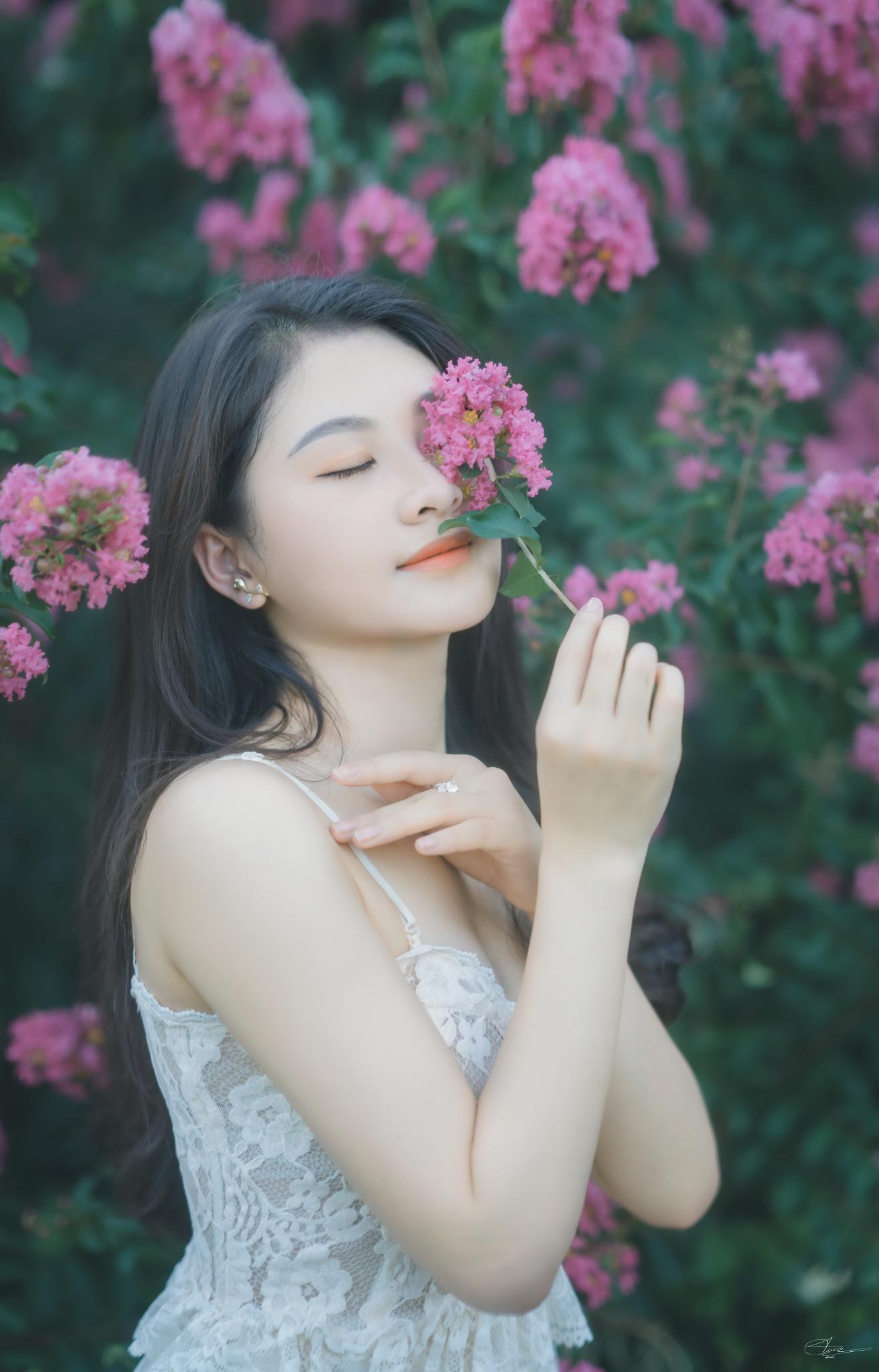 Thiếu nữ tuổi xuân thì đọ dáng bên sắc hoa tường vi - 2