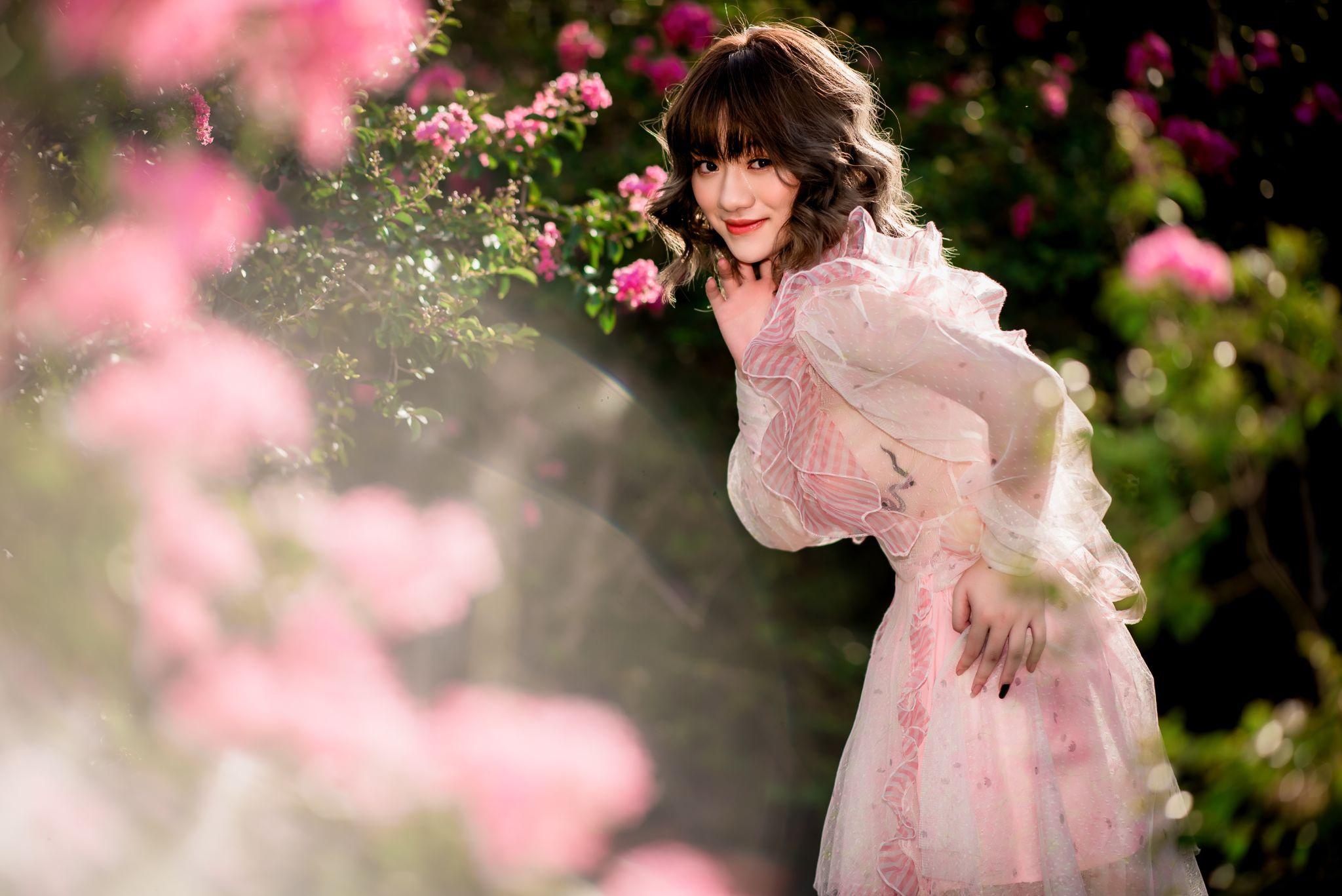 Thiếu nữ tuổi xuân thì đọ dáng bên sắc hoa tường vi - 10