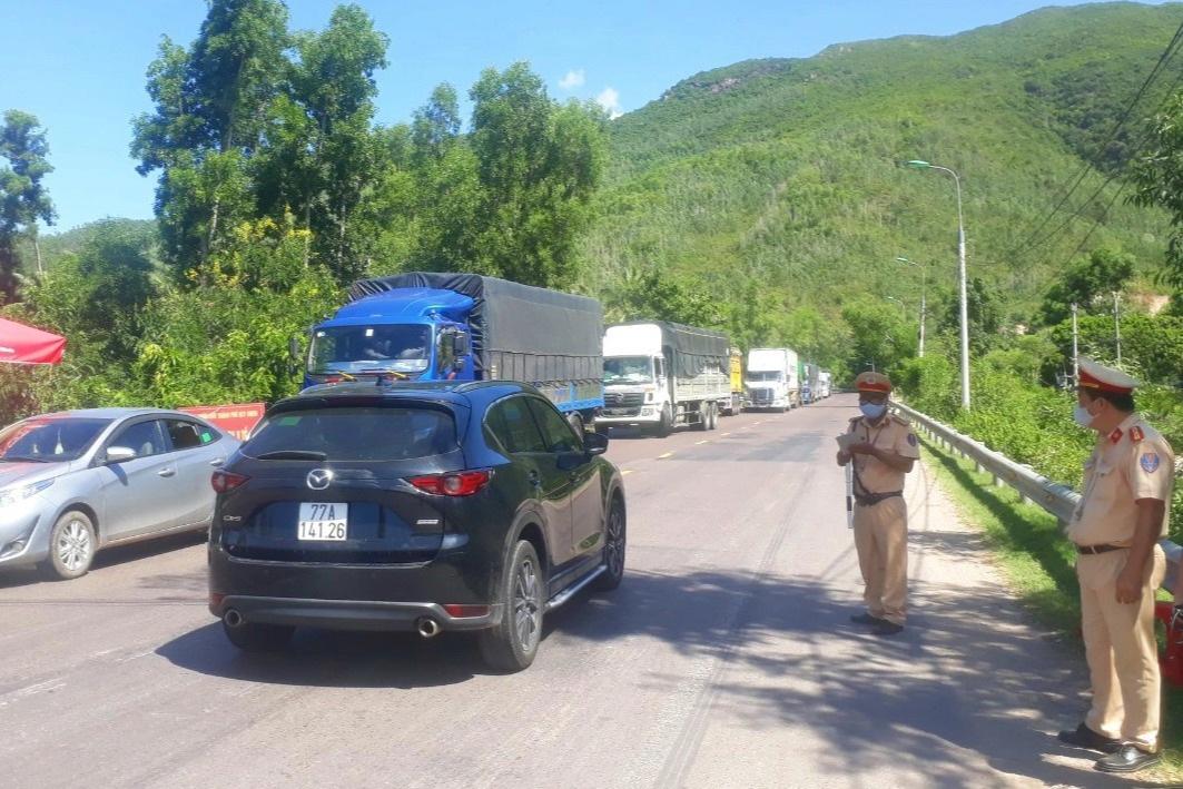 Xe cứu thương thông hàng loạt chốt kiểm dịch để chở khách từ TPHCM - 1