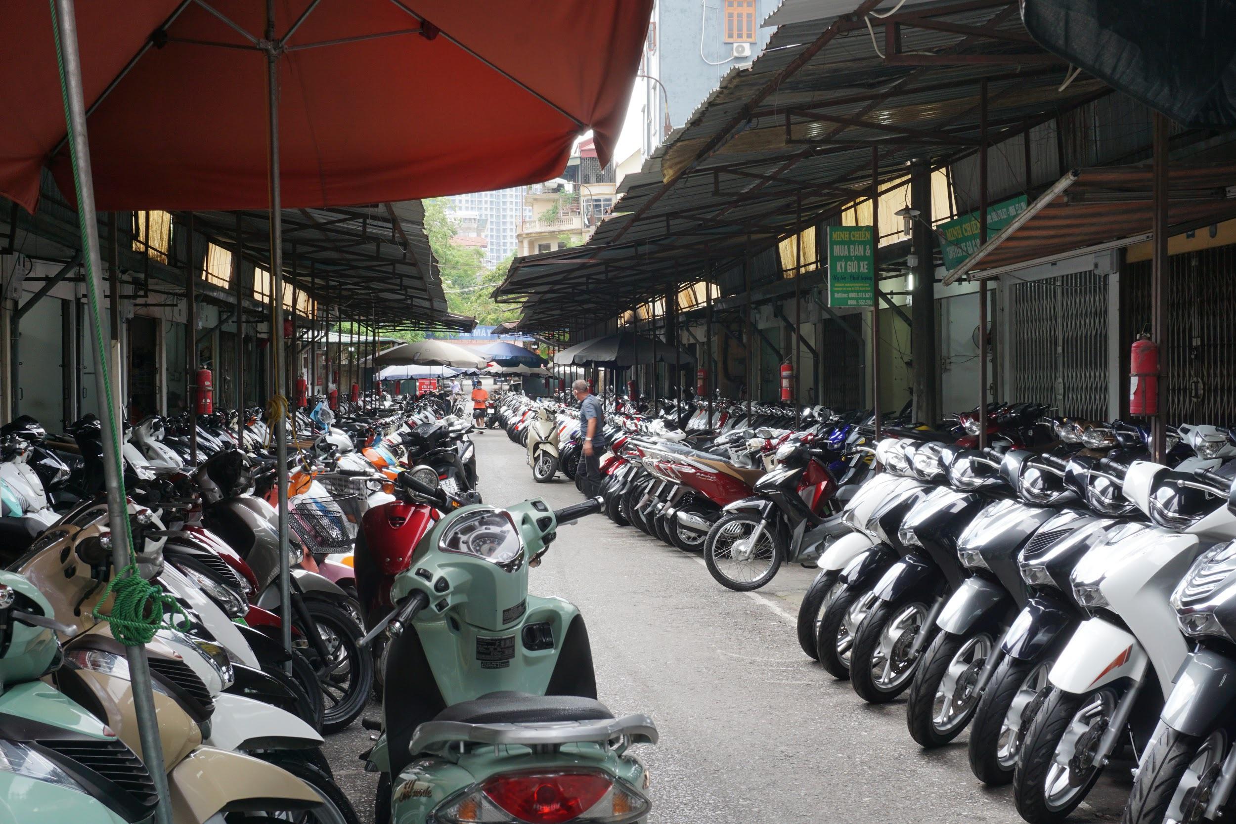 Nhiều cửa hàng xe máy tại Hà Nội khách vắng như chùa bà Đanh - 1