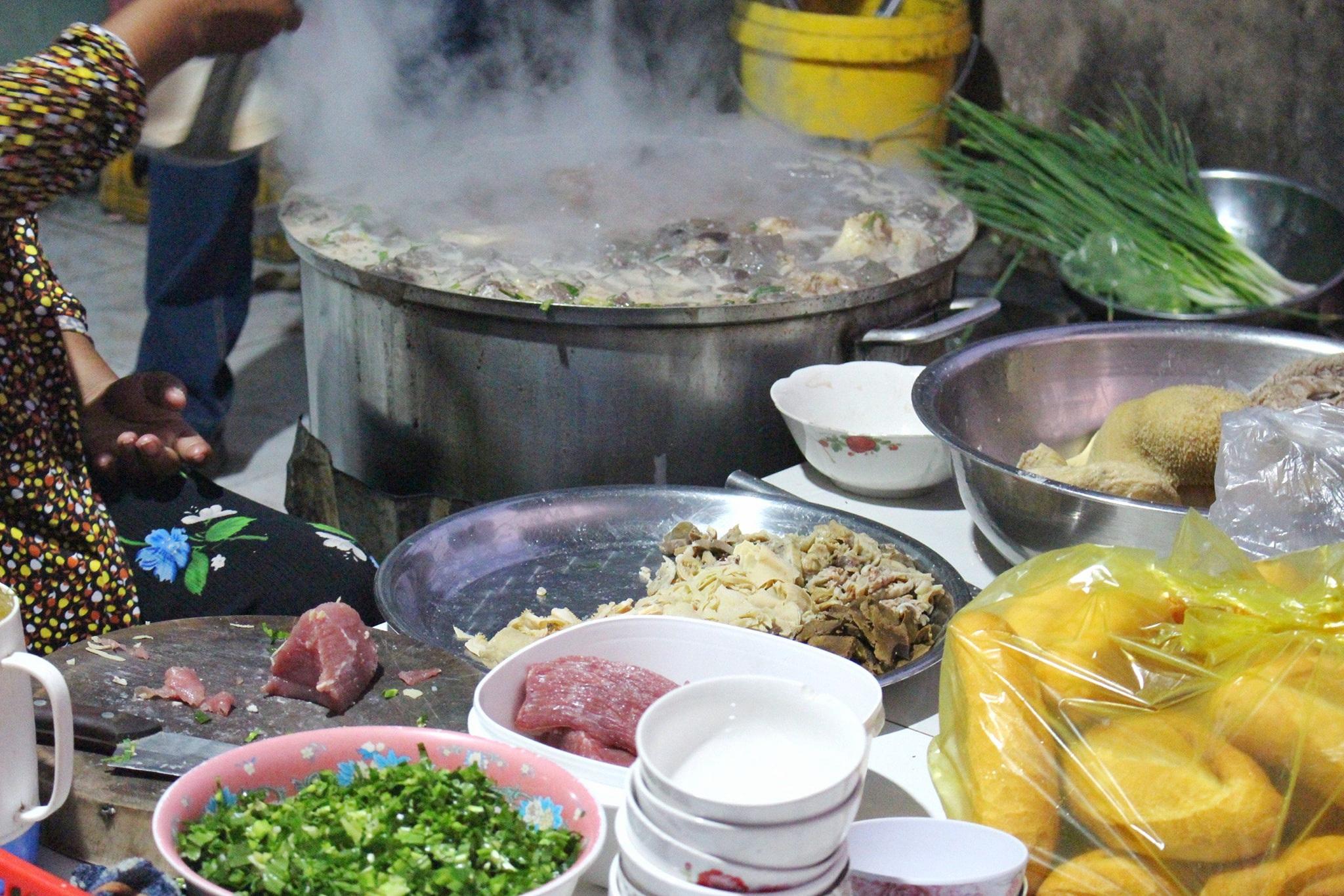 Món cháo nội tạng ăn kèm bún lạ miệng, chỉ bán vài tiếng/ngày ở An Giang - 4