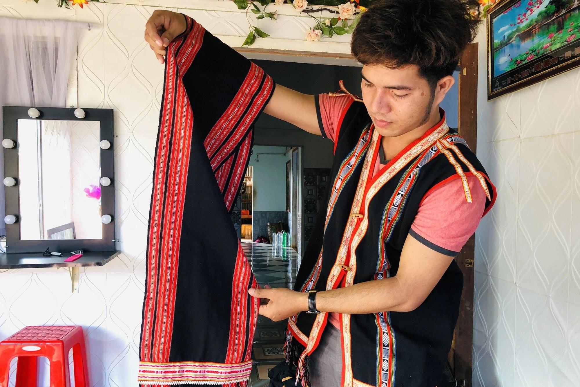 Thầy giáo trẻ giữ lửa nghề dệt thổ cẩm của người Ba Nar - 1