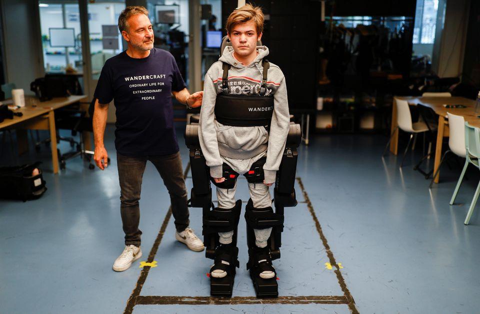 Cha chế tạo khung xương robot, giúp con trai bị liệt có thể đi lại được - 2