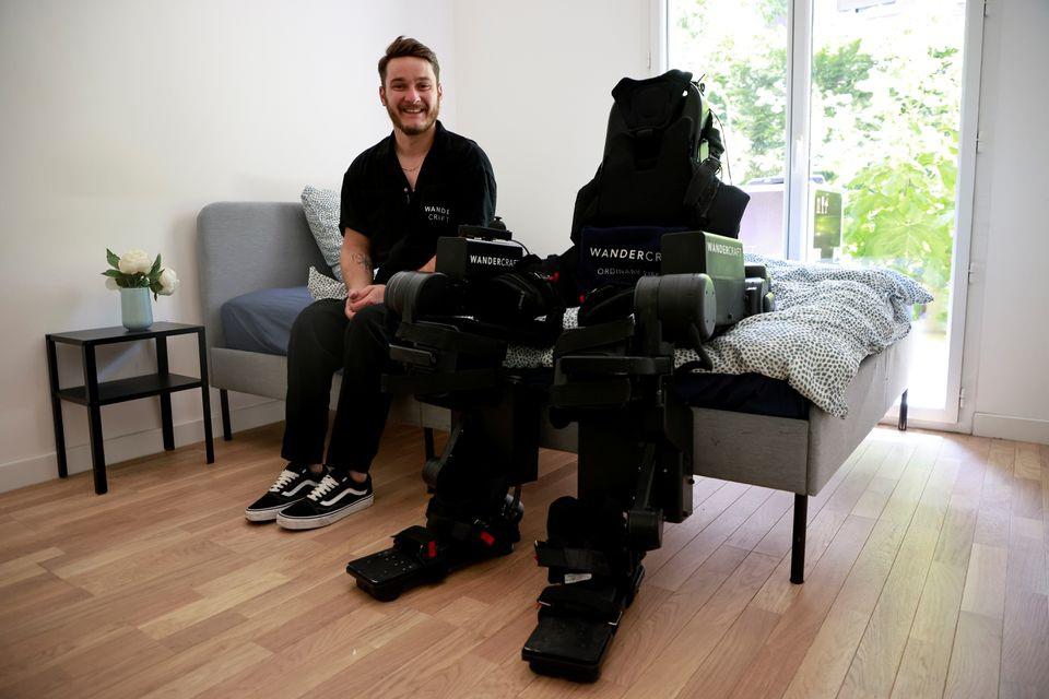 Cha chế tạo khung xương robot, giúp con trai bị liệt có thể đi lại được - 3