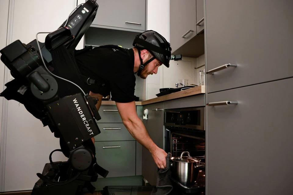 Cha chế tạo khung xương robot, giúp con trai bị liệt có thể đi lại được - 4