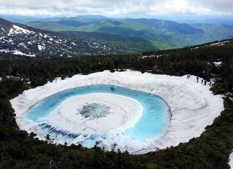 Kỳ lạ hồ nước biến thành Mắt rồng chỉ trong một đêm ở Nhật Bản - 1