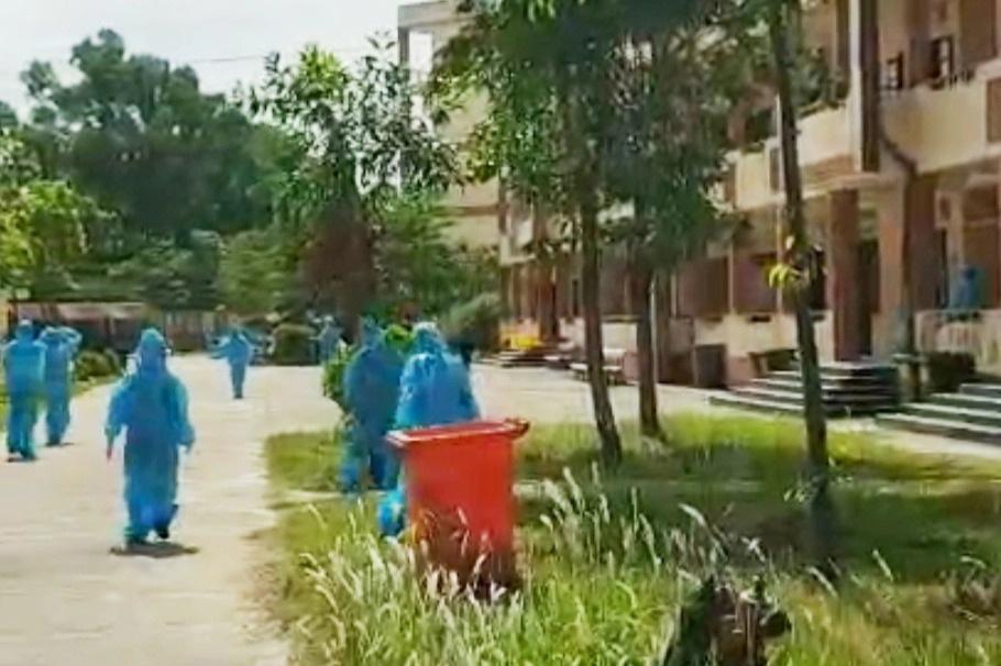Đánh bài trong khu cách ly, nhóm thanh niên phải mặc đồ bảo hộ đi nhặt rác - 2