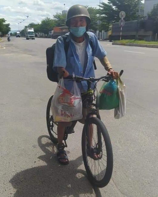 Ông lão một tay đạp xe từ Đồng Nai về Thanh Hóa được CSGT giúp đỡ - 1