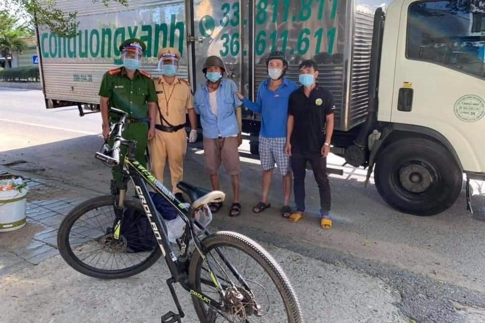 Ông lão một tay đạp xe từ Đồng Nai về Thanh Hóa được CSGT giúp đỡ - 2