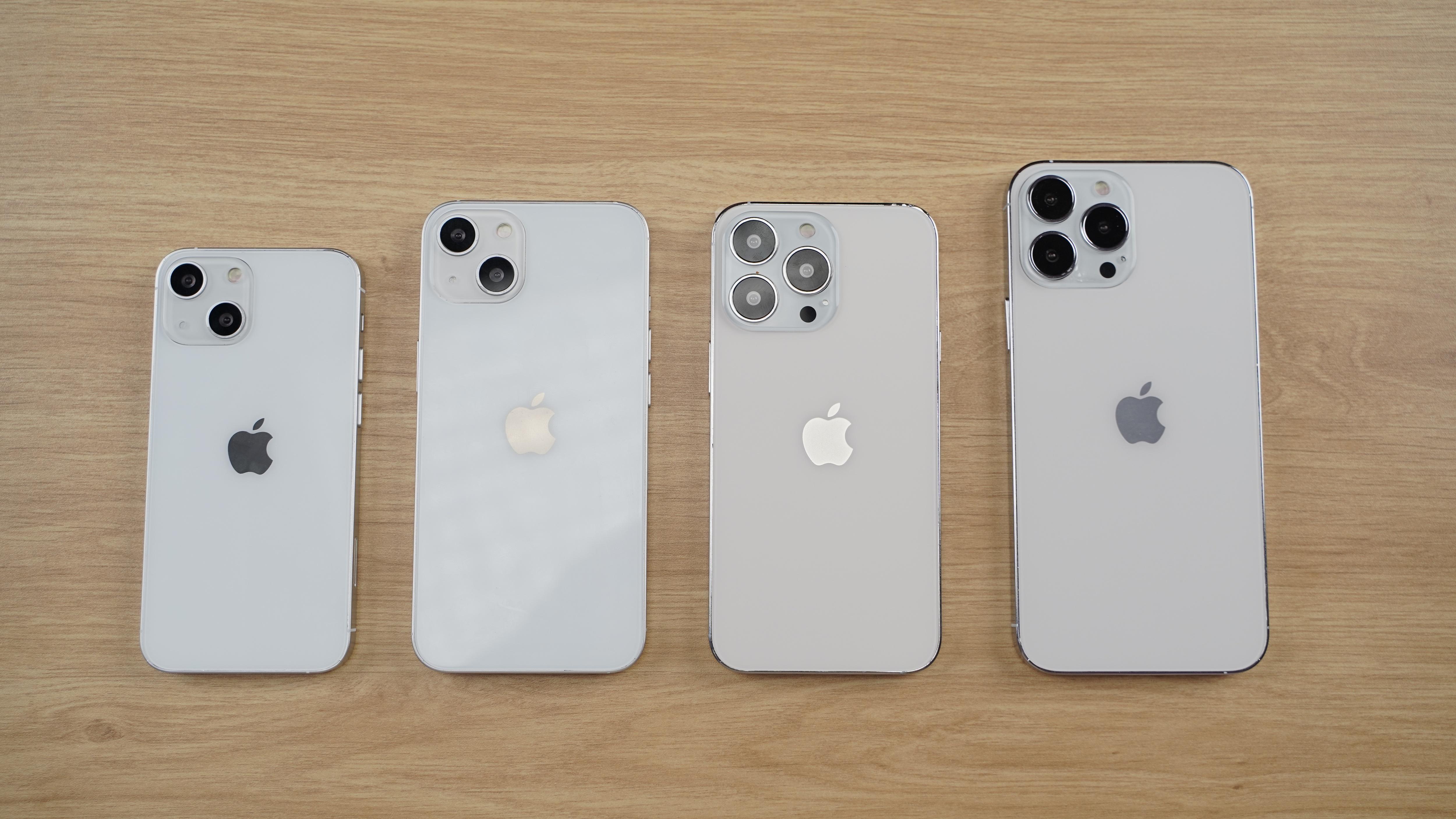 Cận cảnh mô hình 4 chiếc iPhone 13 tại Việt Nam - 1