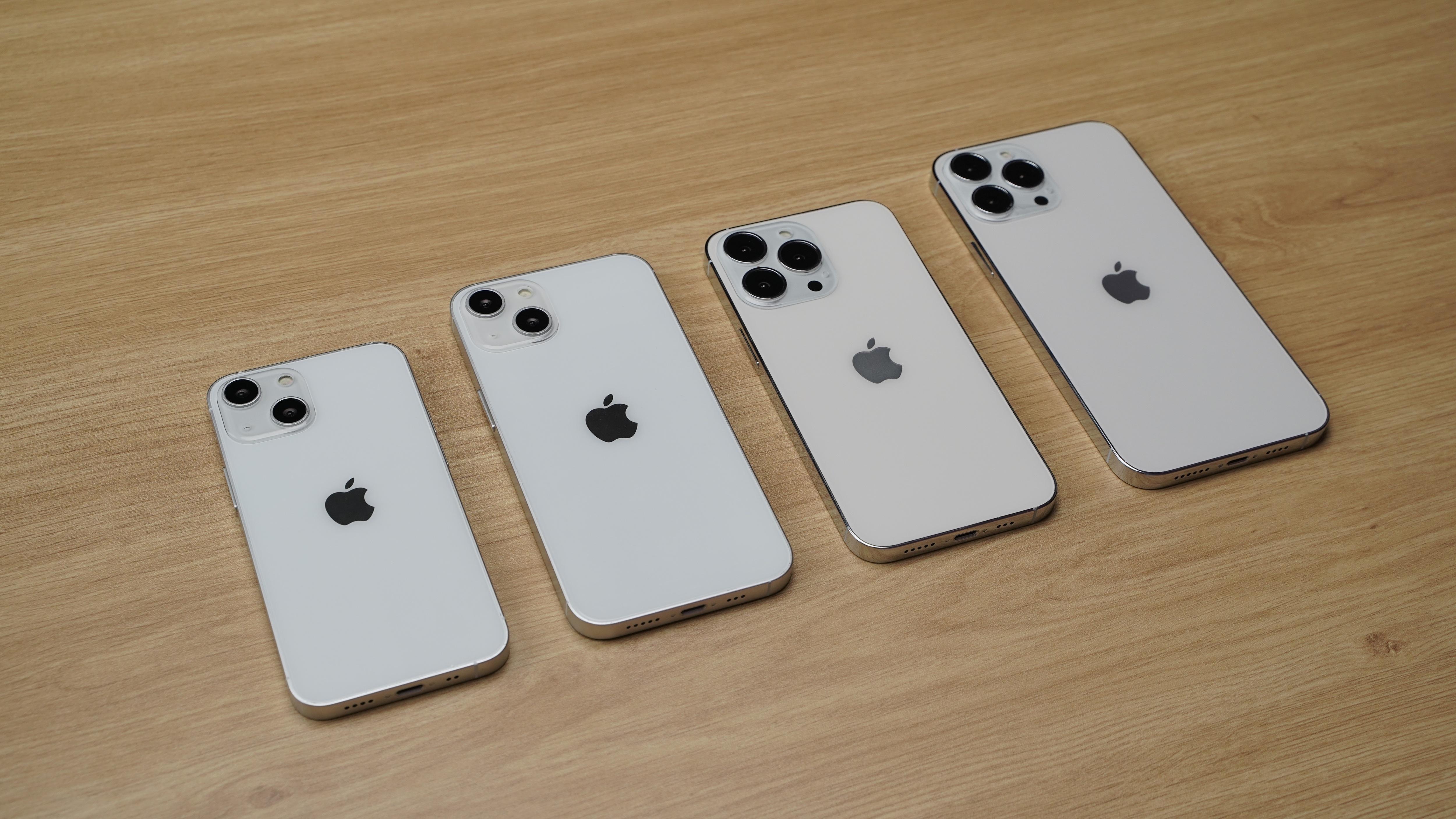 Cận cảnh mô hình 4 chiếc iPhone 13 tại Việt Nam - 3