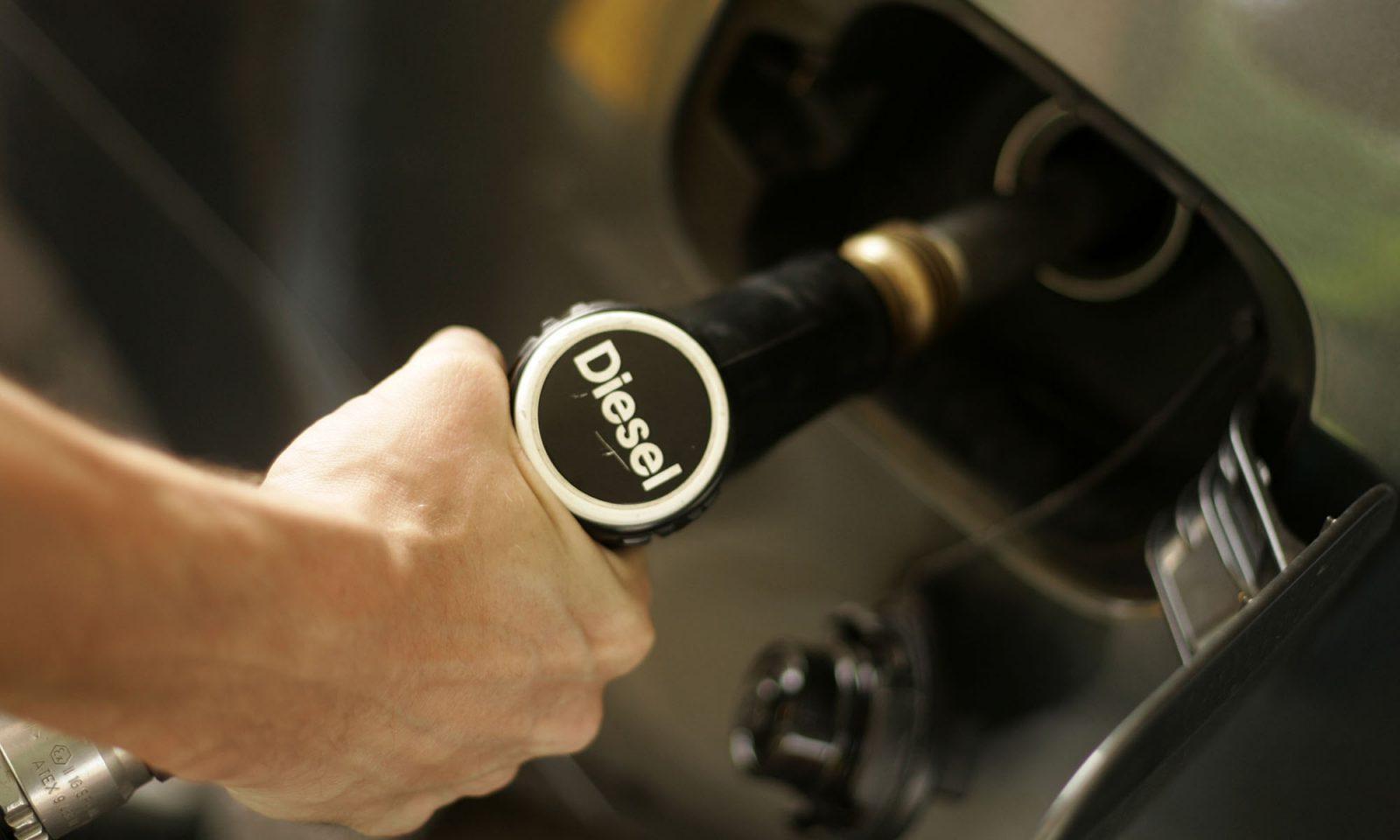 Cách xử lý khi đổ nhầm nhiên liệu cho xe - 2