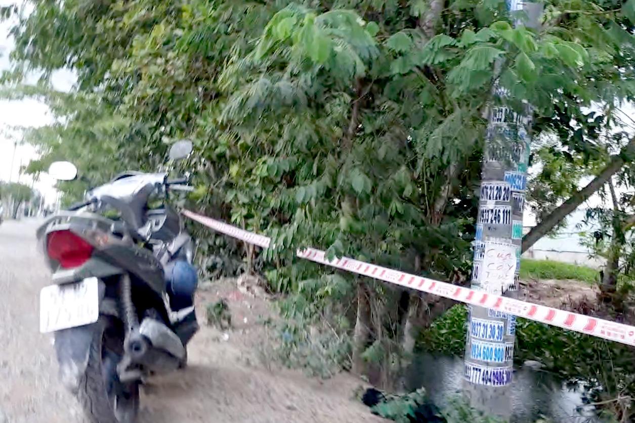 Nhóm thanh niên đuổi nhau bằng xe máy, một người lao xuống kênh tử vong - 2