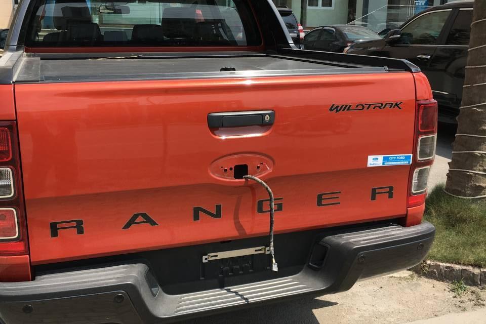 Táo tợn vụ trộm logo ô tô dù tài xế vẫn ngồi ngay bên trong xe - 1
