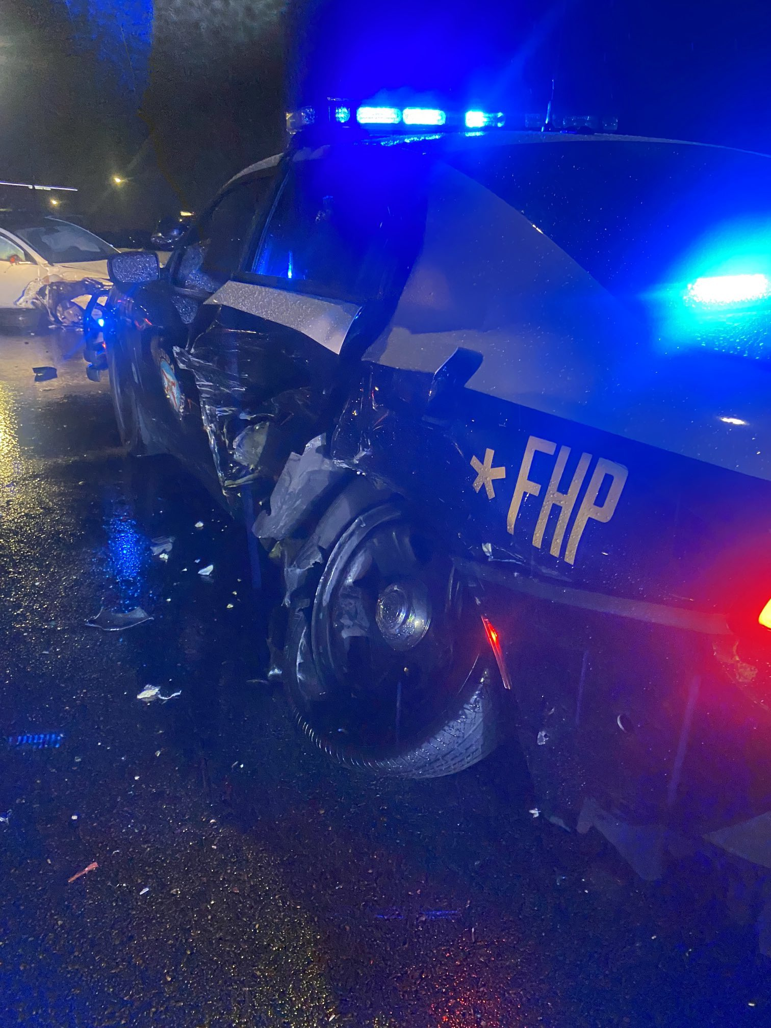 Vừa bật tính năng Autopilot, xe Tesla đã đâm gục xe cảnh sát - 3