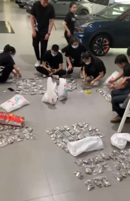 Ông bố Trung Quốc mang 10 bao tiền xu đi mua ô tô cho con trai - 2