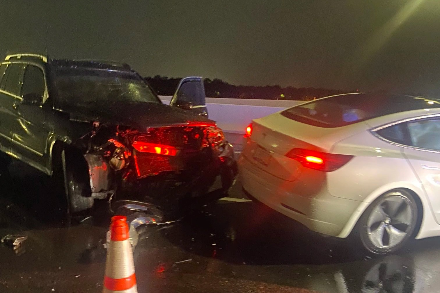 Vừa bật tính năng Autopilot, xe Tesla đã đâm gục xe cảnh sát - 2