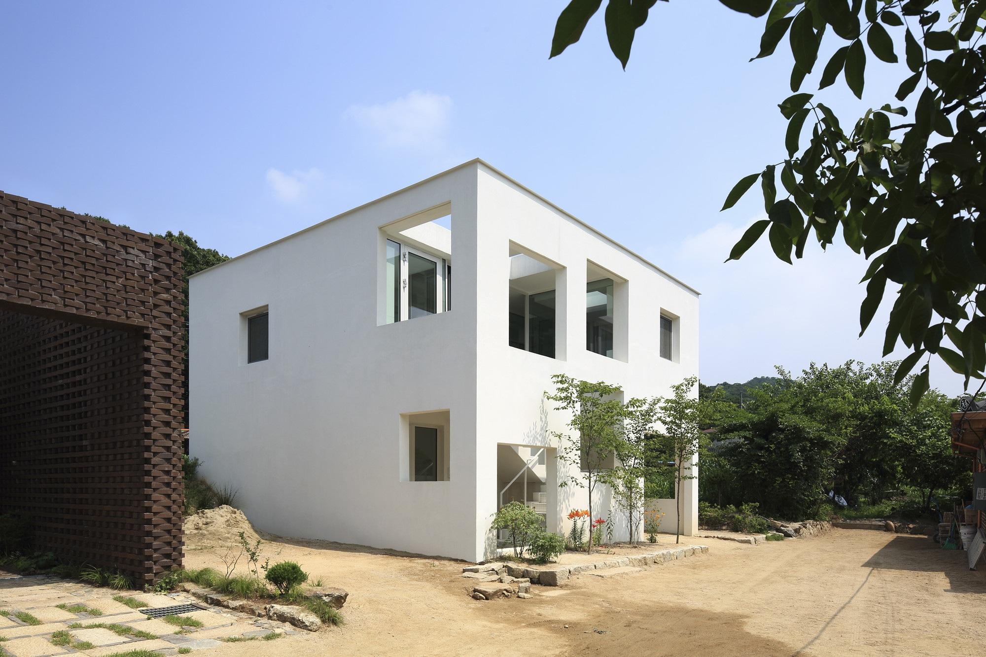 Ngôi nhà có cách giấu đồ nội thất dọc hành lang độc đáo - 1
