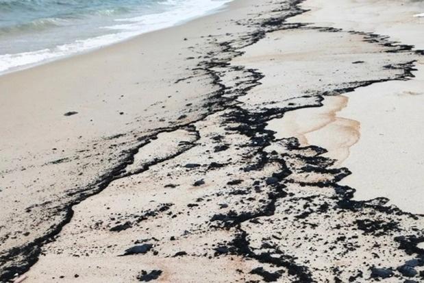 Quảng Bình huy động lực lượng quân đội thu gom vết dầu loang dọc bờ biển - 1