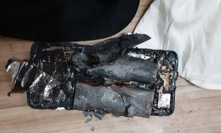 Mới mua hơn 2 tuần, smartphone bất ngờ phát nổ khiến chủ nhân bị thương - 1