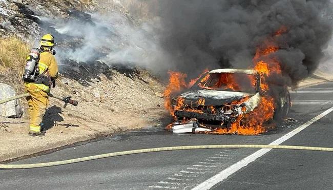 Thót tim khoảnh khắc cặp đôi được giải cứu khỏi chiếc xe bốc cháy ngùn ngụt - 2