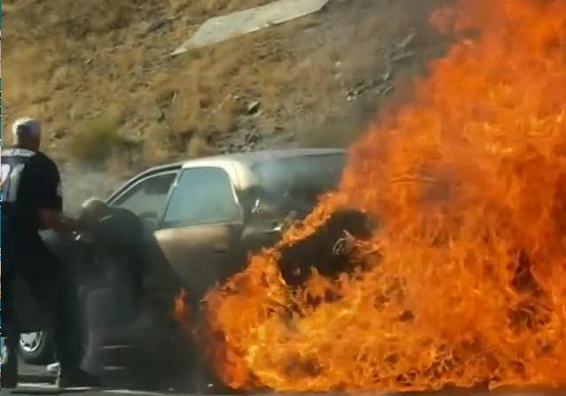 Thót tim khoảnh khắc cặp đôi được giải cứu khỏi chiếc xe bốc cháy ngùn ngụt - 1