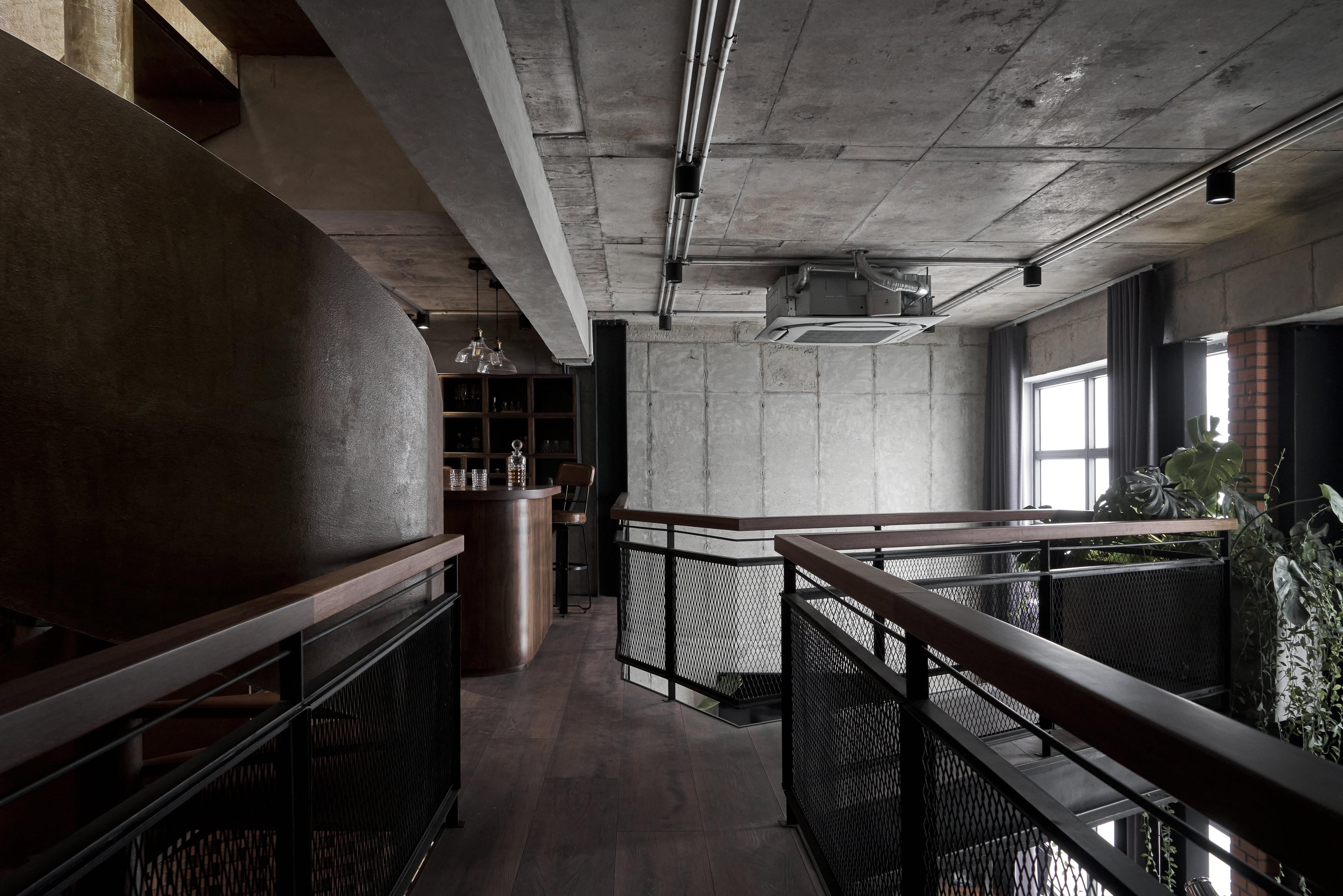 Căn penthouse ven Hà Nội gây choáng với vẻ hầm hố, đậm chất nghệ sĩ - 2