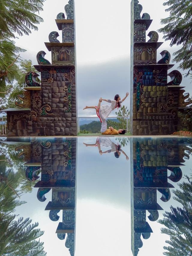 Cặp đôi Yoga Hải Phòng trình diễn điệu nghệ trên con đường hoa phượng vĩ - 4