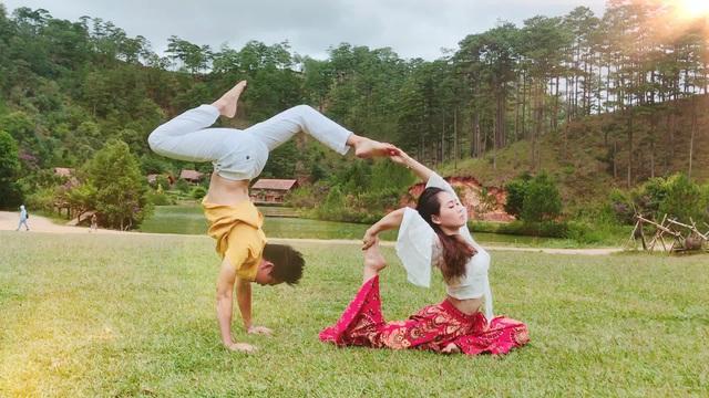 Cặp đôi Yoga Hải Phòng trình diễn điệu nghệ trên con đường hoa phượng vĩ - 11