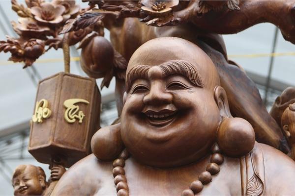 Choáng với bức tượng Phật Di Lặc Cửu tặc bằng gỗ hương giá 1 tỷ