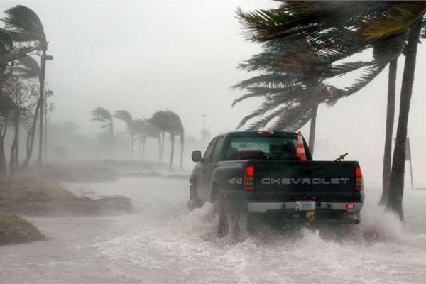Lái xe trong bão lũ: Mang theo ít nhất 1 số điện thoại cứu hộ