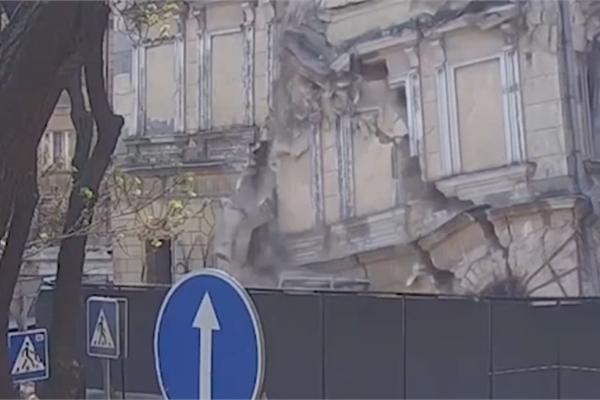 Tòa chung cư bất ngờ sụp đổ, người đi đường suýt chết