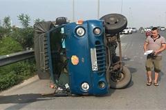 Đánh lái gấp để tránh taxi chạy ẩu, xe tải lật nghiêng xuống đường