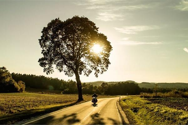 Cần lưu ý gì khi đi xe máy trong thời tiết nắng nóng?