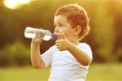 Nắng nóng, bố mẹ nhớ dặn con uống đủ nước