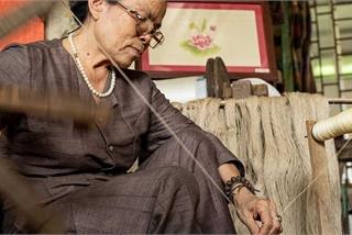 Người phụ nữ khiến sen nhả ra 'ngọc' dệt thành khăn giá 10 triệu đồng/chiếc