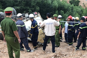 Xe chở gần 5 tấn thuốc nổ lật bên bờ vực, hàng chục cảnh sát vất vả cứu hộ