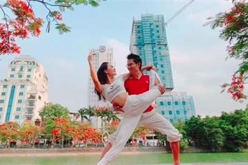 Cặp đôi Yoga Hải Phòng trình diễn điệu nghệ trên con đường hoa phượng vĩ