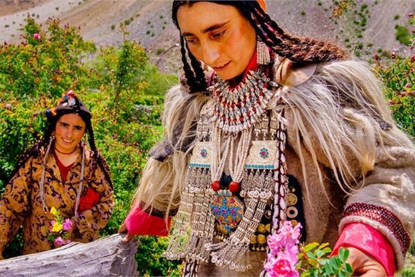 Cuộc sống của bộ lạc có tập tục hôn nhau thoải mái, trao đổi vợ tự do