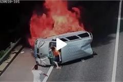Tài xế đá vỡ cửa kính cứu người kẹt trong ô tô đang cháy