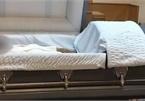 Con trai phát hiện người lạ nằm trong quan tài của mẹ đã khuất