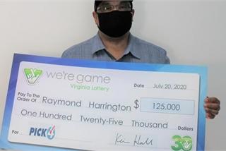 Người đàn ông mua 25 tờ vé số giống nhau, trúng thưởng 25 lần
