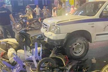 Xe công an phường tông nhiều xe máy trên phố Tây Bùi Viện