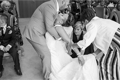 Khoảnh khắc cô dâu vừa chiến thắng bệnh ung thư ngã quỵ trong hôn lễ